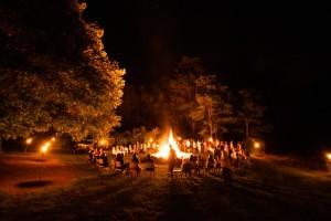 cerchio-di-ragazzi-al-fuoco
